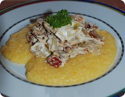 Chicorée-Dörrtomaten-Gemüse auf Polenta