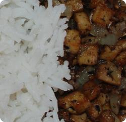 Gebratene Tofuwürfel mit Reis