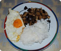 Auberginenwürfel mit Spiegelei und Reis