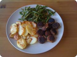 Panierte Champignons mit Kartoffelschnitzen und Bohnen