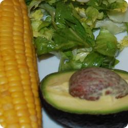Salat mit Maiskolben und Avocado