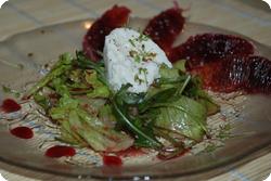 Burrata mit Salat an Orangensauce