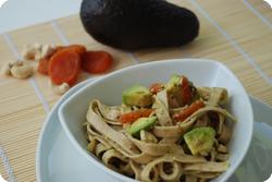 Urdinkel-Tagliatelle mit Avocado und Dörraprikosen