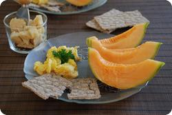 Rührei mit Melone und Käse