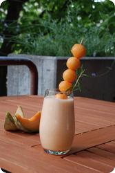 Schaumiger Melonendrink mit Rosmarin