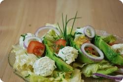 Salat mit Frischkäsebällchen