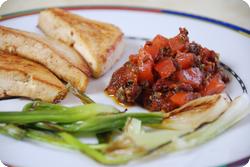 Gebratene Frühlingszwiebeln, Tofuecken und Tomatensalsa