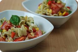 Nudelsalat mit Pesto und Sommergemüse