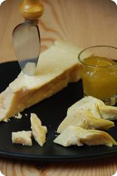 Parmesan mit Feigensenf und Artischocken