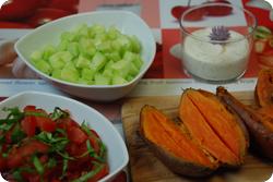Süsskartoffeln in der Schale mit Dip und Salat
