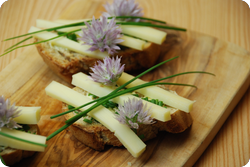 Knusprige Käsebrötchen mit Schnittlauchblüten