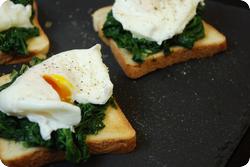 Verlorenes Ei mit Spinat auf Toast