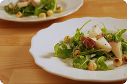 Birnen-Rucola-Salat mit Haselnüssen