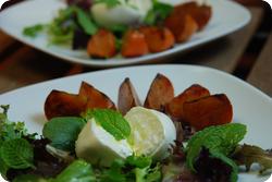 Gebratene Kaki mit Burrata und Salat