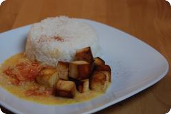 Tofuwürfel an Tomaten-Kokossauce mit Reis