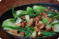 Pak Choi mit Tofu und Pilzen