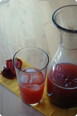 "<a href=""/recipes/787""><img alt=""Titelsschrift"" src=""/system/rectitles/CAPS_Rhabarber-Erdbeer-Limonade.png?1495392495"" /></a>"